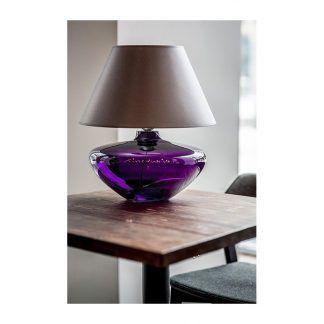 fioletowa lampa stołowa szklana do drewnianego stołu