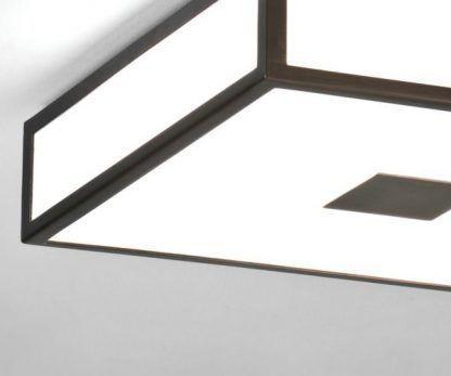 geometryczny kwadratowy plafon z brązowymi wykończeniami