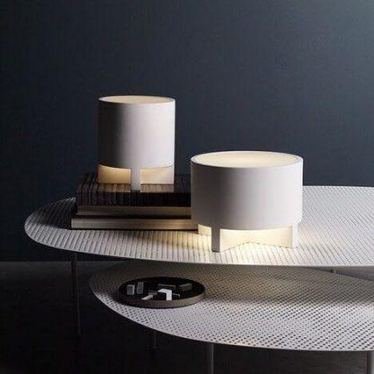 gipsowa biała lampa stołowa na granatowej ścianie