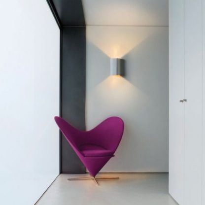 gipsowy kinkiet do salonu obok fotela