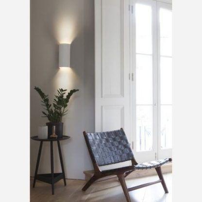 gipsowy kinkiet w salonie - aranżacja na ścianie przy oknie