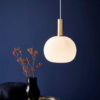 Granatowa aranżacja lampa z mlecznym kloszem