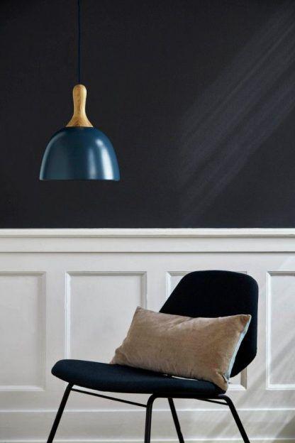 granatowa lampa wisząca w szarym salonie