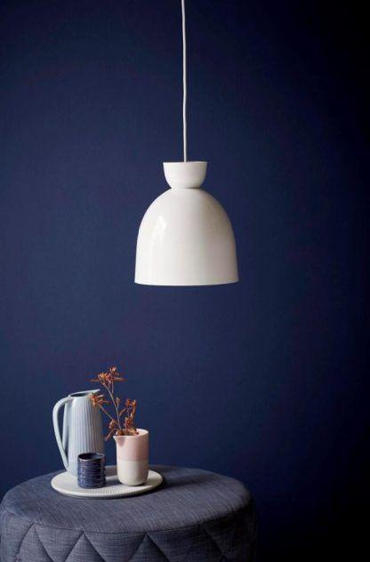 Granatowe wnętrze biała metalowa lampa
