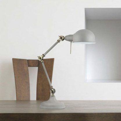 biała lampa biurkowa w stylu retro