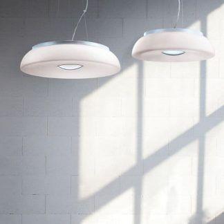 biała lampa wisząca z płaskim kloszem