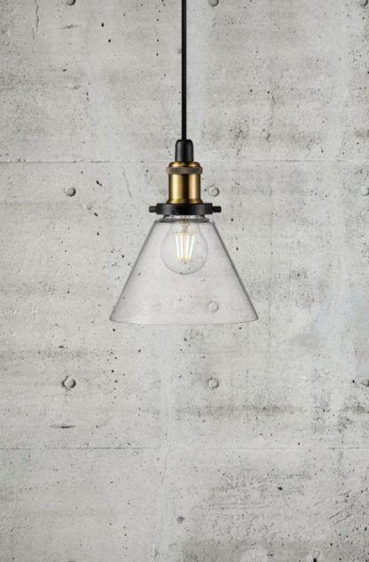 industrialna lampa wisząca szklany klosz na betonie