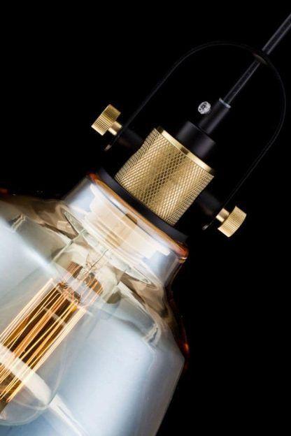 industrialna lampa wisząca ze złotymi detalami