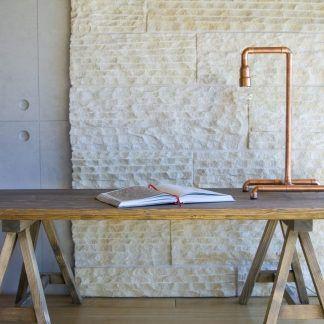 inspiracja - oświetlenie z lampa z rur miedzianych na stole