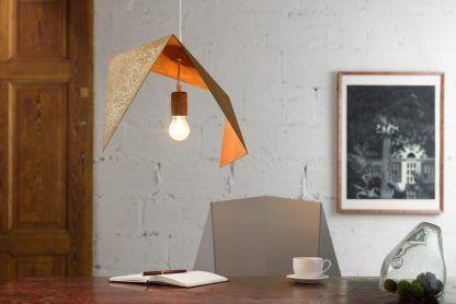 jak wygląda zardzewiała lampa wisząca - aranżacja z meblami