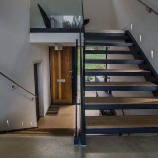 jak zrobić oświetlenie schodów z drewna w ścianie