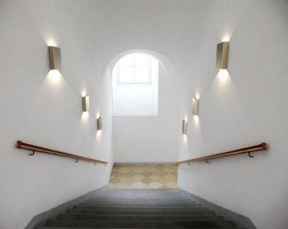jakie kinkiety na schody do domu - aranżacja