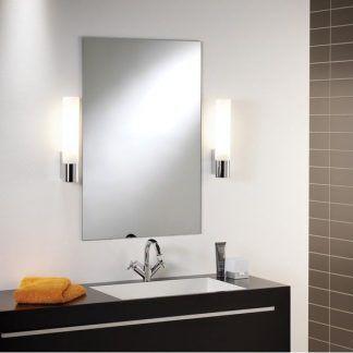 jakie kinkiety obok lustra w łazience - srebrne białe