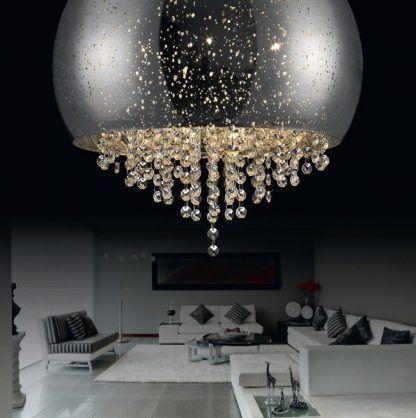 jasno srebrna lampa sufitowa z łańcuszkami kryształów