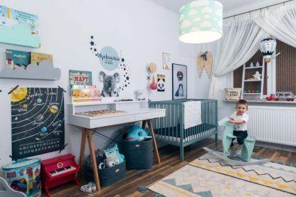 Jasny pokój chłopca z miętową lampą w chmurki