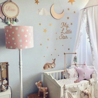 Jasny pokój dla dziecka z pastelową lampą w gwiazdy