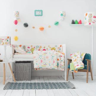 Jasny pokój dziecięcy z kolorowymi wzorami