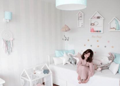 Jasny pokoju dla dziecka z pastelowymi lampami
