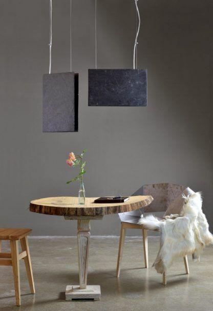 kamienne lampy wiszące nad stołem z drewna