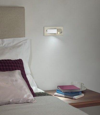 srebrny nieduży reflektorek do czytania sypialnia