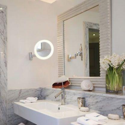kinkiet do makijażu w łazience - obok lustra - aranżacja