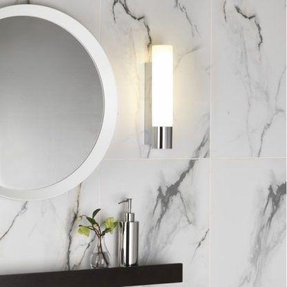 kinkiet do marmurowych pytek w łazience - aranżacja