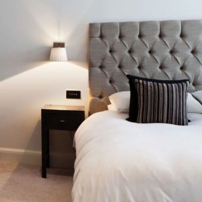 kinkiet do sypialni nad stolik nocny obok łóżka