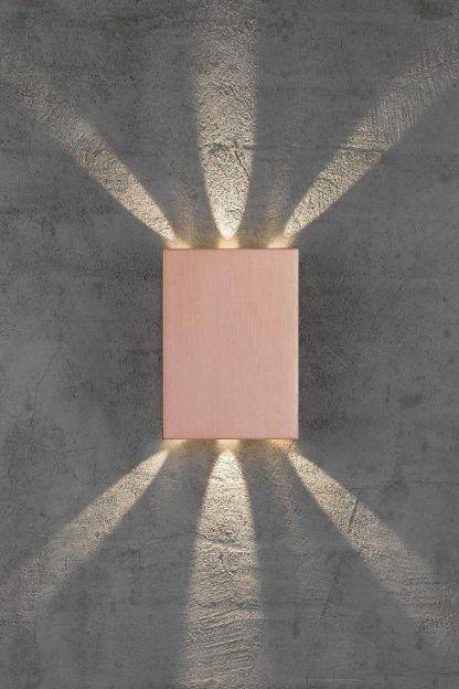 kinkiet lekko różowy na szarej ścianie - nowoczesny