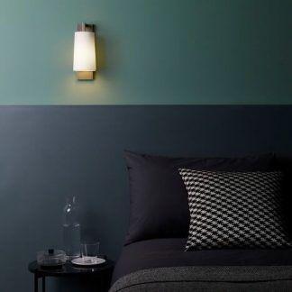 kinkiet nad łóżko do sypialni z ciemnymi ścianami