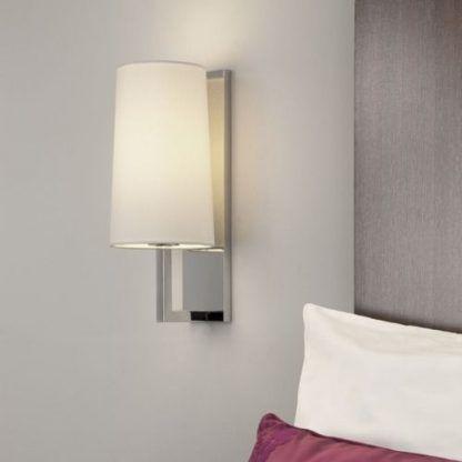 kinkiet do sypialni na srebrnym ramieniu - biały abażur