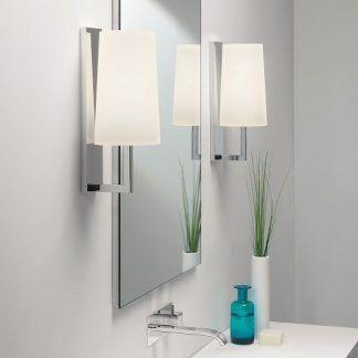 2 nowoczesne kinkiety obok lustra łazienkowego - białe abażury