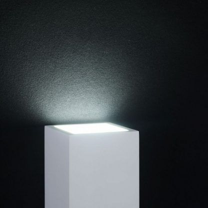 kinkiet ścienny kwadratowy z designerskim światłem