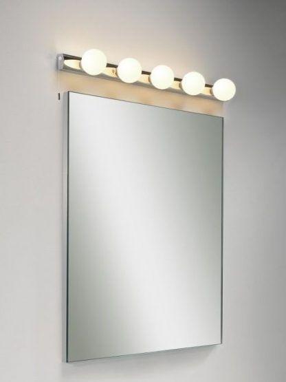 kinkiet z okrągłymi żarówkami nad lustrem łazienkowym