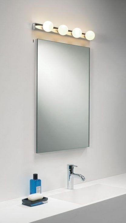 kinkiet z żarówkami okrągłymi nad lustro łazienkowe
