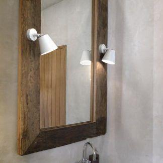 kinkiety białe nowoczesne do lustra w drewnianej ramie w łazience