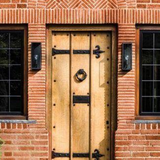 kinkiety do drzwi wyjściowych domu - ściana z czerwonej cegły