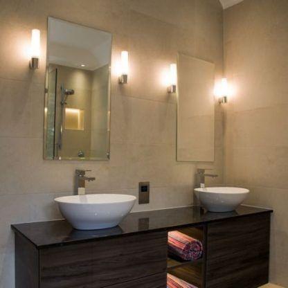 kinkiety do dwóch luster w łazience i brązowych mebli