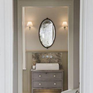 kinkiety do lustra w łazience z białymi abażurami