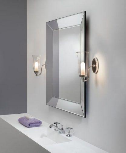 kinkiety kielichowe obok lustra w łazience z białymi dodatkami