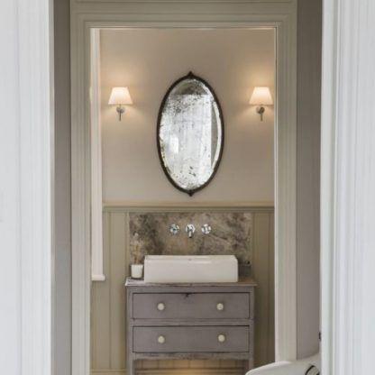 kinkiety łazienkowe z abażurami obok lustra
