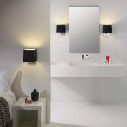 kinkiety łazienkowe z czarnymi abażurami obok lustra