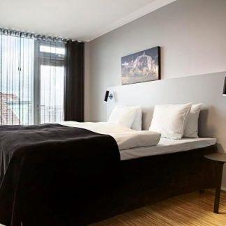 kinkiety mib nad stolikiem w sypialni - czarne nowoczesne