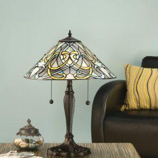 klasyczna lampa stołowa w błękitnym salonie