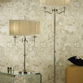 klasyczne lampy do salonu z kwiecistą tapetą