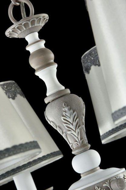 klasyczny żyrandol abażurami, koronki i dekory