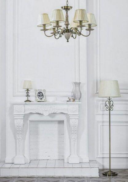 Klasyczny żyrandol do białego salonu z kominkiem