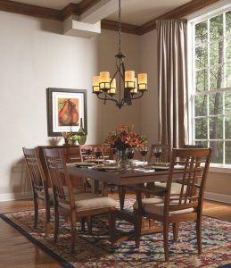 Klasyczny żyrandol na 6 kloszy nad stołem w jadalni