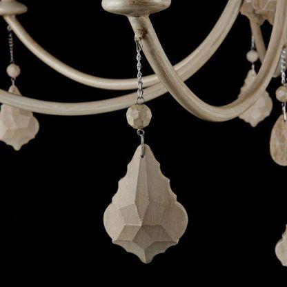 klasyczny żyrandol z drewnianymi zawieszkami