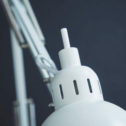 klosz lampy biurkowej na granatowej ścianie