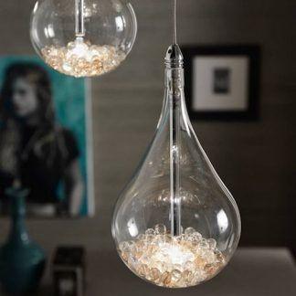 Klosz wypełniony kryształkami w aranżacji szarego salonu